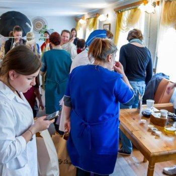 Синий чай — спонсор дней красоты в домах для престарелых
